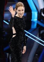 Cristina Capotondi indossa Pandora . abito Philosophy di Lorenzo Serafini.