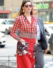 Anne Hathaway wearing Bottega Veneta (ph by Felipe Ramales / Splash News)