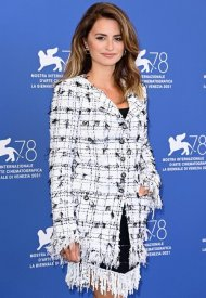Penélope Cruz wore Chanel at the Madres Paralelas photocall during the 78th Venice International photo by Daniele Venturelli