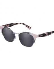 84 - Collezione Eyewear Valentino - Le declinazioni hanno toni ricercati e utilizzano acetati opalini: rutenio abbinato a grigio scuro, con lente rosa, e canna di fucile in abbinamento al rosa, con lente grigia. Le aste sono firmate con l'iconica stud Valentino.