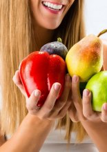 Più frutta e verdura  - Healthy eating, happy woman with fruits and vegetables