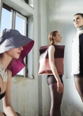 Cappello 23 Limited Edition, collana Roberto Intorre Gioielleria Contemporanea, borsa Antoniani, Spazio IF, sciarpa colori del sole