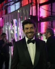Pierfrancesco Favino in Ermenegildo Zegna Couture . Gioielli in argento di Nove25 e gli orologi IWC