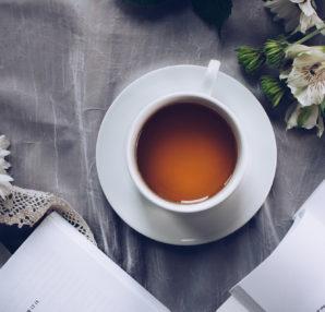 Rilassarsi con un buon libro e un infuso