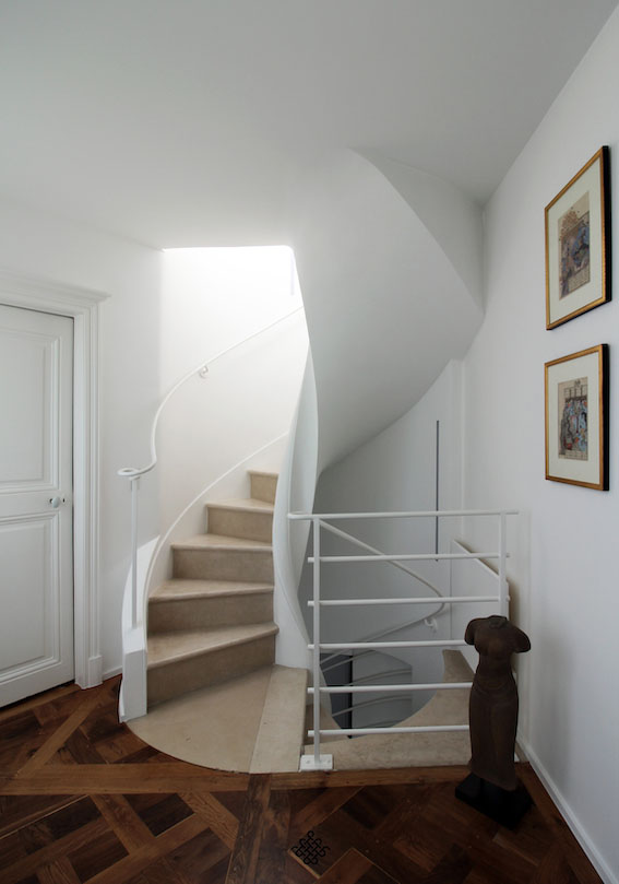 Attico a Parigi . Un attico di tre piani a Notre Dame de Paris che combina materiali francesi quali pavimentazioni stile Versailles in rovere originale con superfici in argilla marchigiane dipinta a mano.