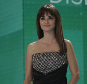 "Penélope Cruz - Chanel Ambassador and presenter at the Awards, wore an embroidered satin bustier black dress, look 63, from ""Le Château des Dames"" 2020/21 Métiers d'art collection. Photo © Miguel Córdoba y Alberto Ortega – Academia de Cine"