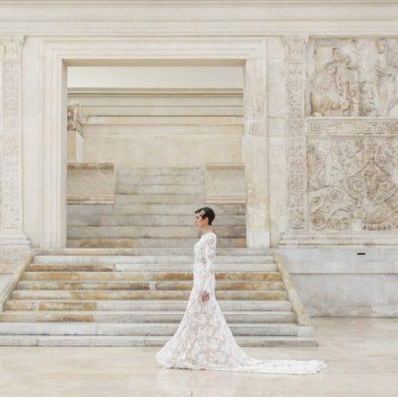 Laura Biagiotti Autunno Inverno 2021/22 Ara Pacis - Age of Women - Abito da sposa con ricami in perle e guanti in tulle e piume