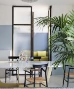 Attico a Milano .  Interno milanese con terrazzo, dove la seta dipinta a mano e un sapiente gioco di quinte, valorizzano i campi lunghi, rendendo contemporaneo un appartamento classico.