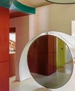 Attico a Venezia . Colori, riflessi e trasparenze. A Venezia una casa allo specchio dove il profilo della città s'insinua dalle finestre per poi rimbalzare nel paesaggio domestico creando uno spazio contemporaneo che rompe con la classicità.