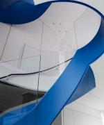 Residenza a Londra . La ristrutturazione esclusiva di una residenza a Notting Hill focalizzata sul progetto architettonico della scala blu e sul design dell'illuminazione a stretto contatto con la manifattura veneziana di Barovier & Toso.